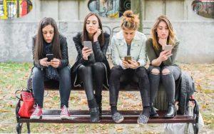 Prin forţa reţelelor sociale, tinerii nemulţumiţi transmit şocuri care pot afecta societatea FOTO 123RF